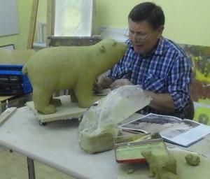 07 Keramikkurs mit Andreas Hinder - eines der größeren Modelle des Kurses - ein Eisbär aus Keramik