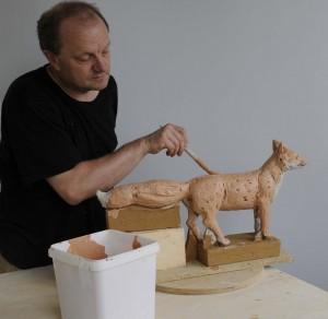 Andreas Hinder beim Herstellen einier Fuchsskulptur